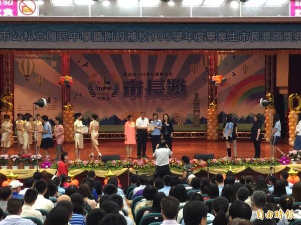 台北市公私立國中105學年度畢業生市長獎頒獎典禮,今在大安高工舉行。(記者沈佩瑤攝)
