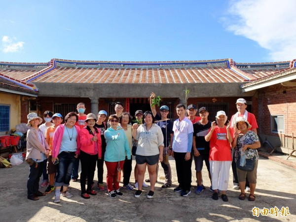 台江營造社區博物館,親子朋友今天下午在地方耆老導引下體驗在地文化。(記者洪瑞琴攝)