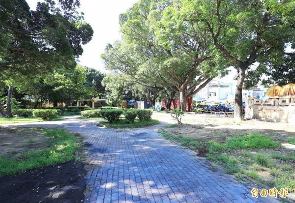 長春國民運動中心位於長春公園內,未來公園景觀將一併更新。(記者張菁雅攝)
