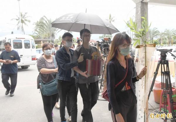 家屬在失事現場招魂後返回花蓮市殯儀館,婉拒接受訪問。(記者游太郎攝)