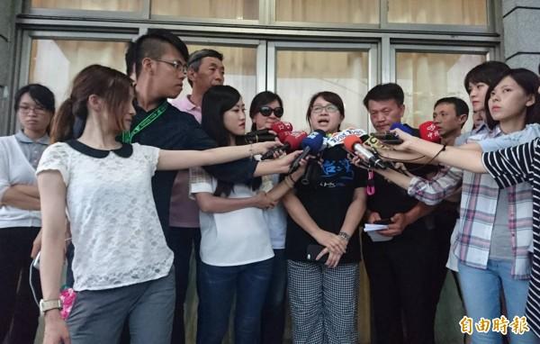 阿布電影公司總經理兼「看見台灣2」製片曾瓊瑤(右5)表示,家屬暫時不考慮是否續拍問題。(記者游太郎攝)