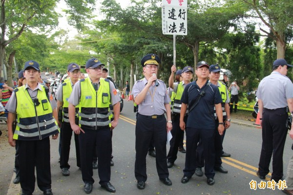 彰化警方高喊對方行為違法,要求立即解散。(記者陳冠備攝)