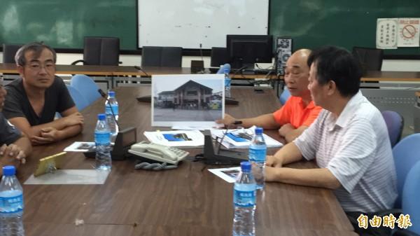 新埔鎮長林保祿(橘衣者)今天下午為了新行政大樓外觀召開內部會議,初步已有方向,但尚未定案。(記者黃美珠攝)