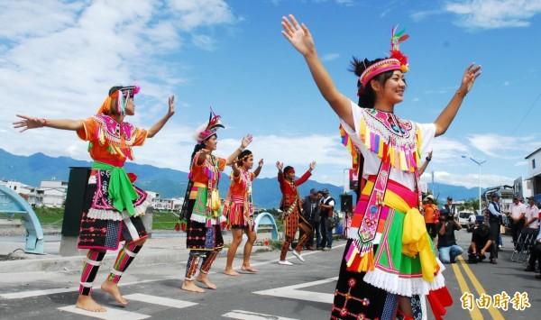 台東各原民族群豐年祭暑期接力登場,旅外族人返鄉心切。(記者陳賢義攝)