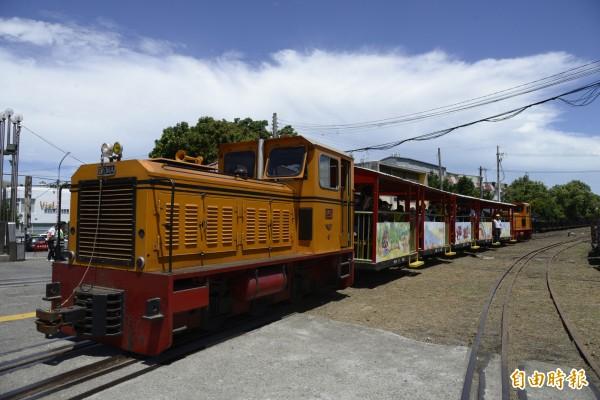 交通部長賀陳旦今天至雲林了解「糖鐵」加入前瞻計畫可行性,並搭乘台糖五分小火車。(記者詹士弘攝)