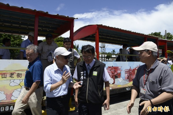 交通部長賀陳旦今天至雲林了解「糖鐵」加入前瞻計畫可行性,並搭乘台糖五分小火車。