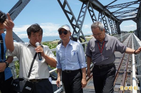 交通部長賀陳旦(中)參觀虎尾鐵橋。(記者詹士弘攝)