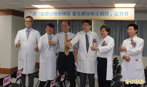 大里仁愛醫院、部立台中醫院、中山醫學大學附設醫院組成「足部金三角」團隊分工合作,助糖尿病患者免足截肢。(記者陳建志攝)