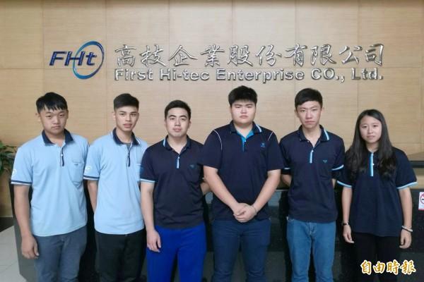 陳甄妮(右)與其他5名建教班同班同學一起拿到2乙2丙證照,創下學校紀錄。(記者洪臣宏攝)