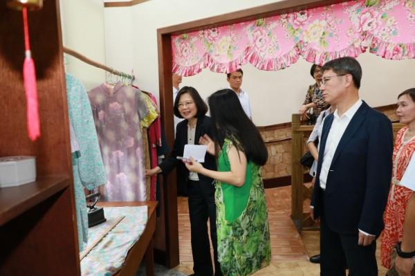 蔡英文總統今天參訪板橋頤安公共托老中心,對館內仿傳統的設計,直說好親切。(新北市社會局提供)