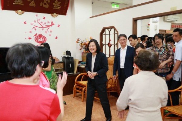 總統蔡英文今天參訪板橋頤安公共托老中心,與失智長輩親切互動。(新北市社會局提供)