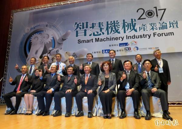 智慧機械論壇在台中舉行,經濟部長李世光(前排左4)呼籲業者要有「乘法」思維。(記者張菁雅攝)