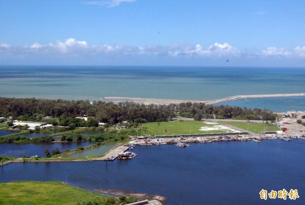 市府規劃興建安平漁港跨港大橋,圖中防風林即為漁光島。(記者蔡文居攝)