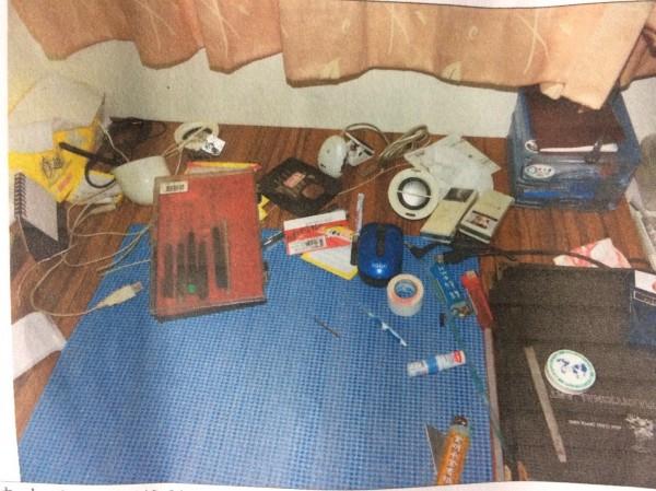 邱男窗前的桌子沒有入侵痕跡,也沒有留下遺書。(記者王捷翻攝)