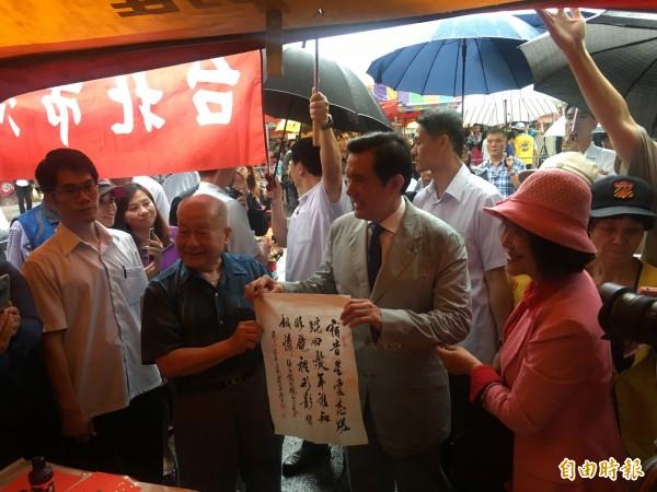 前總統馬英九與熱情民眾合照。(記者鄭鴻達攝)