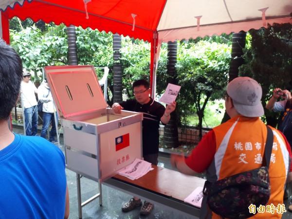 文昌公園參與式預算舉行投票,投票時間結束後,市府人員進行唱票。(記者謝武雄攝)