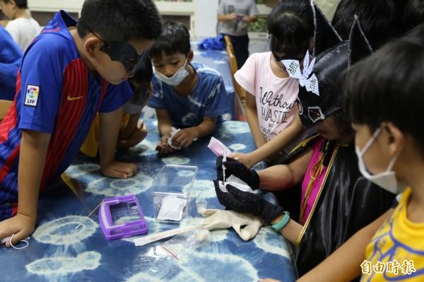 學童學習如何正確安置幼蝠,提高存活率。(記者翁聿煌攝)