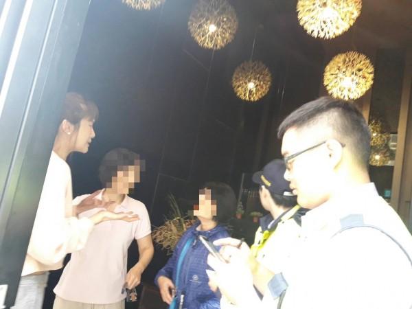 蔡淑臻(左)向警消人員解釋當時狀況。(記者曾健銘翻攝)
