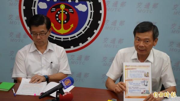 公路總局監理組長陳聰乾(右)說明高齡駕駛制度,首次換照可獲紀念悠遊卡。(記者鄭瑋奇攝)