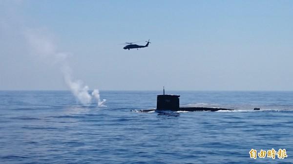 海軍S-70C(M)反潛直升機與潛艦進行反潛操演。(記者羅添斌攝)