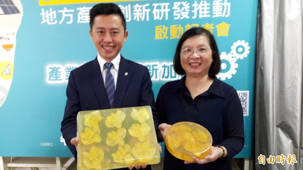 新竹市長林智堅(左)肯定天語生物科技將整朵新鮮蘭花入皂的創新研究,認為天然產品是未來生物科技趨勢。(記者洪美秀攝)
