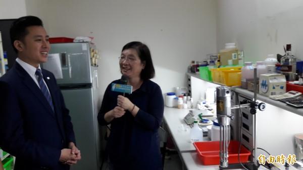 市長林智堅(左)參觀天語生物科技,天語生技總經理陳宛珂(右)說,生物科技最重要的是要天然。(記者洪美秀攝)