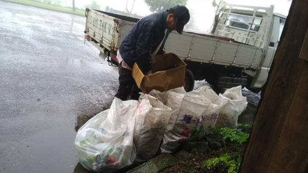 新竹縣五峰鄉桃山村白蘭部落自發清掃環境愛家行動,不燒垃圾,且做好垃圾分類,希望提升服務品質,努力打造成為生態旅遊的綠部落模範。(吳念恩提供)