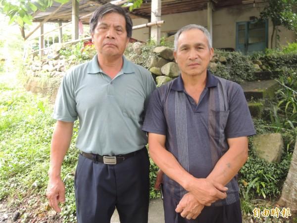 白蘭部落頭目曾家慶(右)和許雲祥(左)等長者,以身作則,帶頭撿垃圾,鼓勵以目擊狩獵取代傳統狩獵,希望喚起年輕人的熱情,共同推動部落生態旅遊。(記者廖雪茹攝)