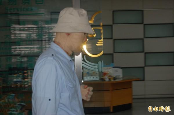 被親么弟縱火致嚴重燒傷的翁仁平,今穿著壓力衣到高等法院出庭作證。(記者楊國文攝)