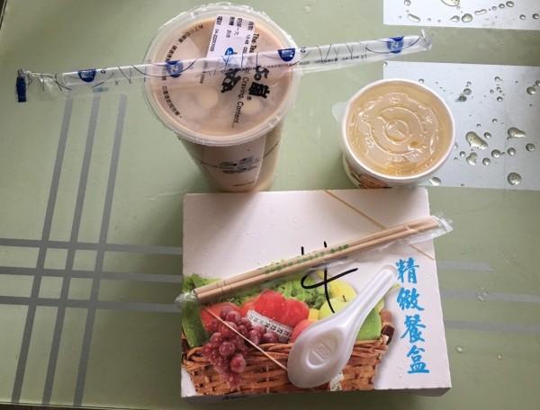 外食一餐可能使用到竹筷、餐盒、飲料杯、吸管及塑膠袋等至少10件一次性廢棄用品,增加垃報量。(記者蔡淑媛翻攝)