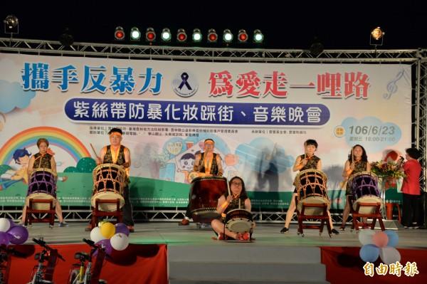 太鼓隊精彩表演,為雲林反家暴活動帶動氣氛。(記者廖淑玲攝)。