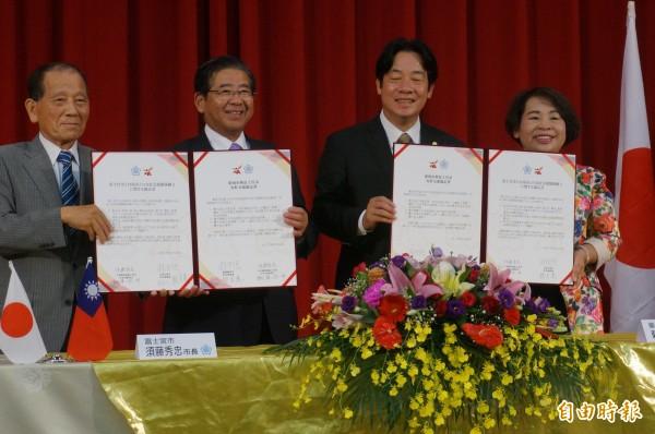 賴清德今晨返台,第一站到走馬瀨農場與日本富士宮市簽約締結友好協定,並表示「親中愛台」可為團結台灣。(記者黃文瑜攝)