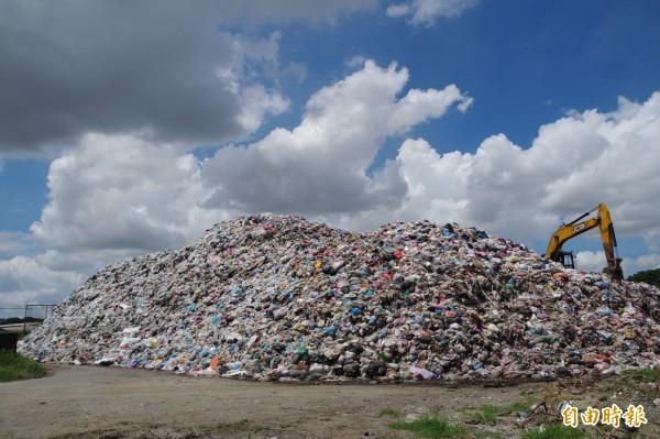 斗六垃圾轉運站積存8000多噸垃圾,形成約4層樓高垃圾山。(記者林國賢攝)