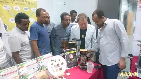 衣索比亞外籍生在台灣科技大學讀書,也透過校方牽線,將與台灣業者合作,賣家鄉的咖啡豆,讓台灣人品嘗好的口味。(記者吳柏軒攝)