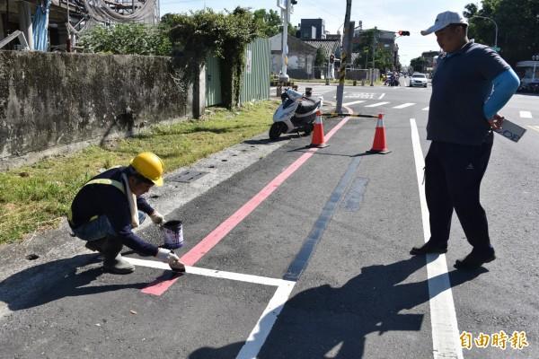 紅線超過長度的塗銷,不符合規定的停車格也塗銷。(記者葉永騫攝)