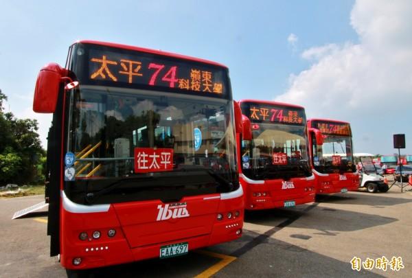 在74路的電動公車加入後,台中市電動公車數量達62輛,是全國第一。(記者張菁雅攝)