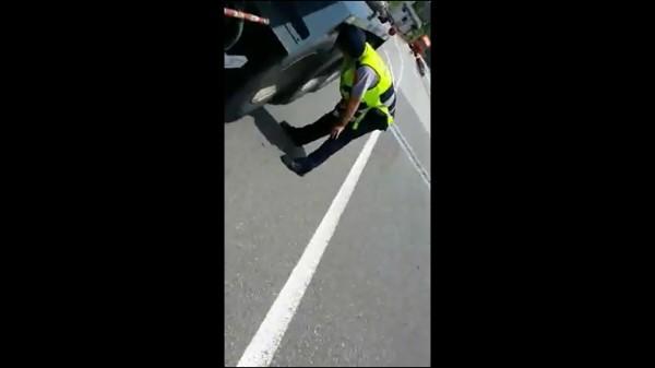 國道警員取締胎紋不足的大貨車。(記者曾健銘翻攝)