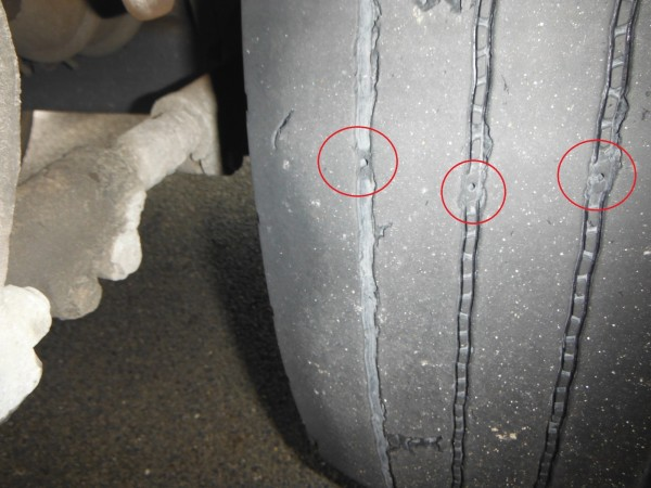 警方蒐證後清楚可見車輪磨耗指示點。(記者曾健銘翻攝)