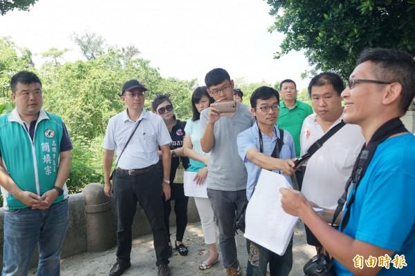市議員簡煥宗(左1)今邀集文化、民政、養工處等單位前往覆鼎金公墓會勘。(記者黃佳琳攝)