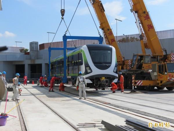 由國人自行組裝的捷運綠線無人駕駛車廂,今天亮相並運至北屯機廠。(記者蘇金鳳攝)