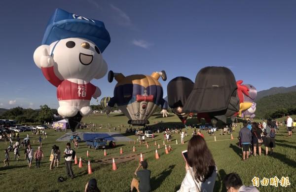 台灣第二顆造型熱氣球「福利熊」今天清晨首度亮相。(記者王秀亭攝)