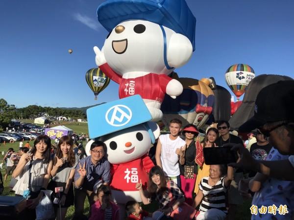 福利熊造型熱氣球一亮相,就有民眾爭相合影。(記者王秀亭攝)