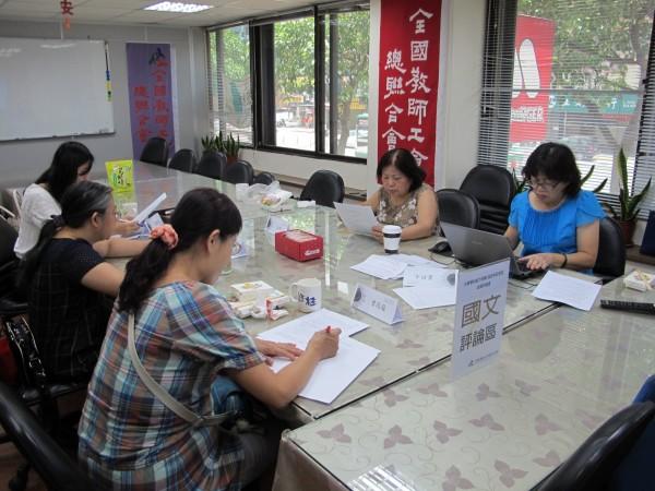 大學指考國文科,全教總高中國文老師群解題認為,今年作文題目缺乏新意。(圖由全教總提供)
