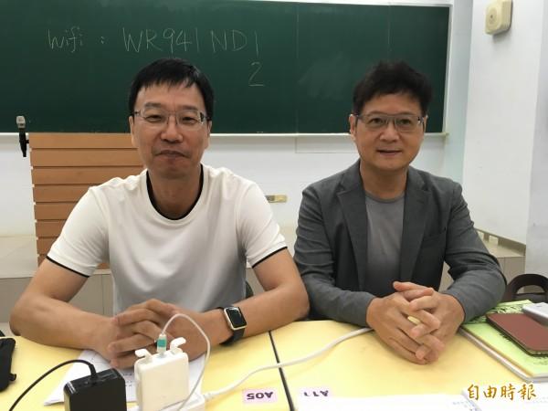 大學指考國文科,補教老師李奐(左)及潘華(右)解析,李奐表示,今年國文考題向齊柏林致敬。(記者林曉雲攝)