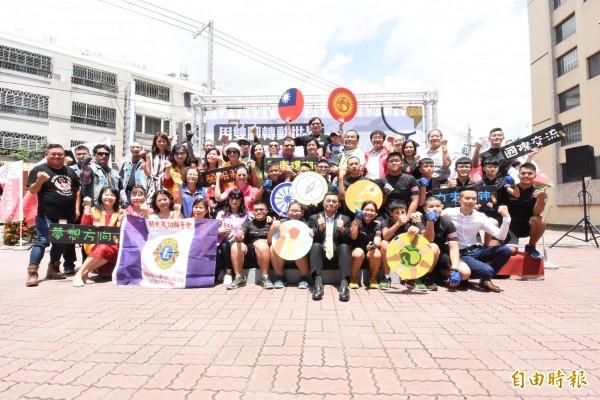 學生靠自己力量再加上民間企業團體與民眾協助,讓學生圓了國際志工交流體驗的夢想。(記者張聰秋攝)