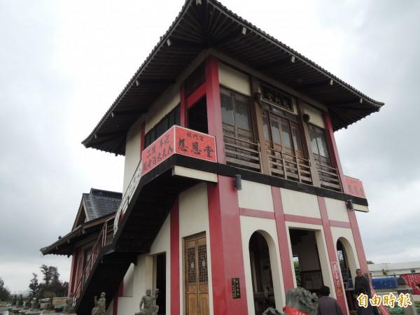 奉祀國姓爺的鹿耳門鎮門宮,明式建築外觀,獨特一格。(記者蔡文居攝)