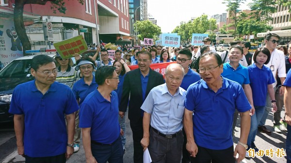 國民黨代理主席林政則(右二)、立法院國民黨團(右一)率領動員群眾繞立法院遊行示威。(記者陳鈺馥攝)