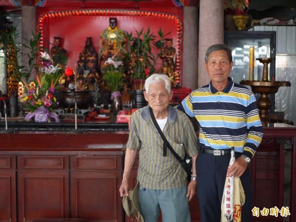 五穀廟管理委員會副主委尤贊輝(右)說,原本的舊廟將會完整移到旁邊。(記者簡惠茹攝)