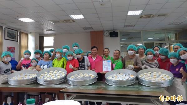 林波、靳寶儀夫婦到華聖啟能發展中心教做饅頭,讓憨兒幸福加倍。(記者廖淑玲攝)
