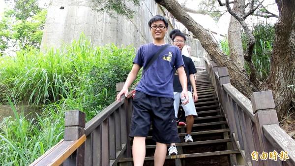 學生走步道當成「實驗式」運動。(記者張聰秋攝)